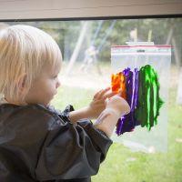 Peinture d'une image dans un sac plastique transparent