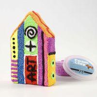 Une maison en papier mâché recouverte avec de la pâte Foam Clay avec des motifs fantaisistes