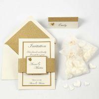 Une invitation et un marque-place blancs cassés et dorés