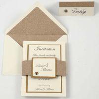 Une invitation et un marque-place blanc cassés et cuivrés