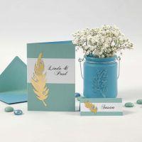 Invitations et marque-places avec des plumes dorées et des pierres de strass