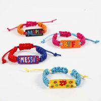 Un bracelet tissé décoré avec un pendentif en plastique thermo rétractable