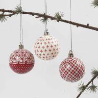 Une boule de Noël avec découpage rouge et blanc