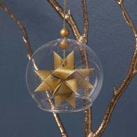 Un boule de verre transparente sans socle avec une étoile tissée
