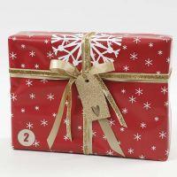 Emballage cadeau rouge, blanc et or