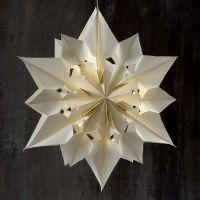 Une grande étoile brillante faite en sacs de papier