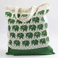 Un sac de course avec des impressions et des motifs faits au pochoir