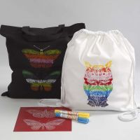 Un sac à provisions et un sac à dos avec cordons décorés avec des pochoirs souplas et des bâtons de peinture à la cire