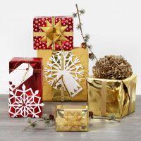 Emballage cadeau avec papier cadeau métallique et décos brillantes