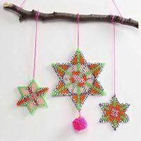 Des étoiles en perles à repasser Nabbi décorées de ponpons