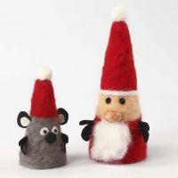 Des figurines de Noël en cône en polystyrène et du feutrage à l'aiguille