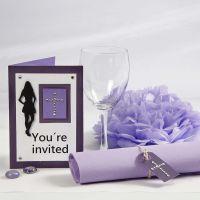 Une invitation pourpre et des décorations de table pour une fête de confirmation
