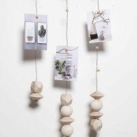 Un mobile fait en fil pour fleur avec des aimants pour y suspendre des photos, etc
