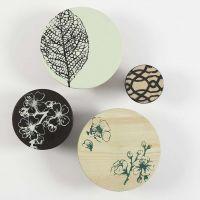 Des patères peintes en bois avec des impressions faites avec des pochoirs