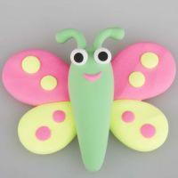 Un papillon modelé dans de la pâte Silk Clay