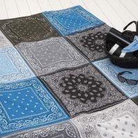Une couverture faite en patchwork avec des bandanas