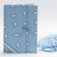 Un cahier avec avec une couverture en Bandana