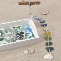 Un plateau peint et décoré de mosaïques en verre