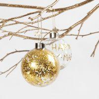 Une boule de verre avec des petites étoiles dorées à l'intérieur