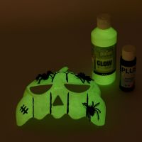 Un masque peint avec de la peinture phosphorescente
