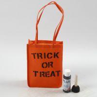Un sac orange pour Halloween décoré avec texte