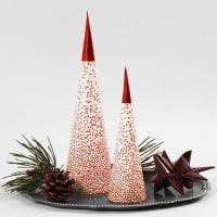 Un sapin de Noël en forme de cône placé sur une bougie chauffe-plats à LED