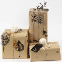 Emballage avec papier cadeau décoré de tirages