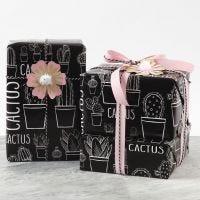 Emballage cadeau décoré avec une fleur en papier cartonné