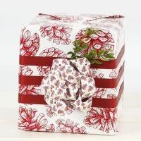 Emballage cadeau avec un grand noeud en bandes de papier étoiles