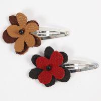 Une barrette avec une fleur en cuir