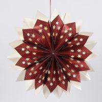 Une étoile faite de sacs en papier scintillants équipés de lumières LED dissimulées à piles