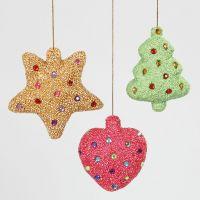 Des décorations de Noël faites en polystyrène, recouvertes de pâte Foam Clay et décoratées avec des pierres de strass
