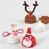 Une petite figurine de Noël en pâte Foam Clay avec une lampe LED à l'intérieur