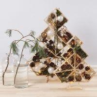 Des sapins de Noël décorés de boules de Noël, de pommes de pin, de branches de sapin et de lumières