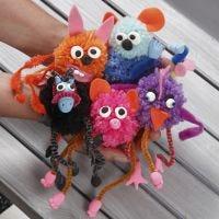 Des pompons en forme d'animaux fantaisie avec du fil chenille et décorés avec du feutre de la pâte Silk Clay