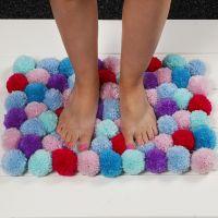Un tapis doux fait de pompons