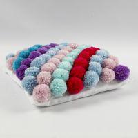 Une housse de coussin faite avec des pompons