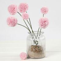 Des fleurs pompons sur des tiges en fil bonsaï