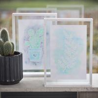 Une image avec des dessins faits avec de la gomme à dessiner et de la peinture aquarelle dans un cadre 3D