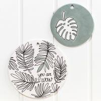 Des assiettes et un plat en terre cuite décorés avec des marqueurs pour verre et porcelaine et de la peinture Art Metal