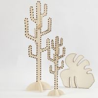 Un cactus et une feuille décorés au pyrograveur