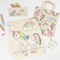 Une trousse licorne, une sac à provisions et un sac à chaussures décorés avec des feutres textiles, des paillettes et des sequins