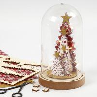 Une cloche en verre décorée avec des figurines assemblées en bois