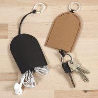 Une pochette pour clés et écouteurs en papier imitation cuir