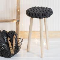 Une chaise avec un siège crocheté avec de la laine Manga XL