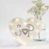 Une boîte lumière en forme de coeur, décorée avec des pierres de strass et des demi perles