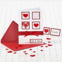 Un faire-part de mariage rouge et blanc avec des pierres de strass