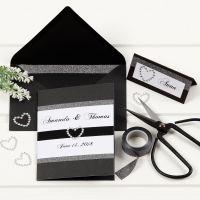 Un faire-part de mariage noir avec des bordures de ruban adhésif design