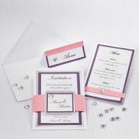 Un faire-part de mariage avec un cadre en papier cartonné argenté et du papier texturé