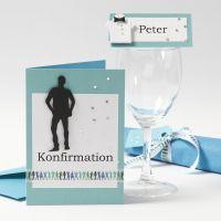 Une invitation et des décorations de tables pour une cérémonie de première communion pour garçon